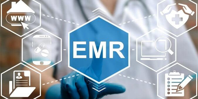 Doctor presionando el icono de la palabra acrónimo emr en el centro de la imagen